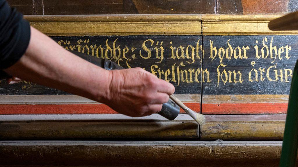 Rengöring av altaruppsatsen i Skara domkyrka. Foto: Gustaf Hellsing/Ikon