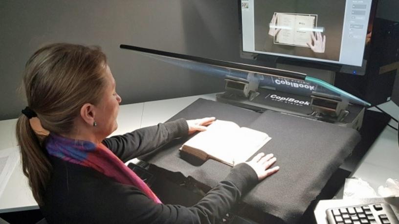 Lotta Sundberg digitaliserar det tusende skillingtrycket. Foto: Helena Backman