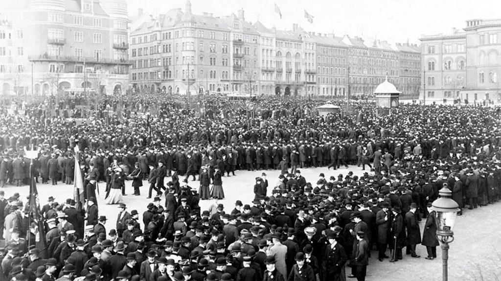 Arbetare på Norra Bantorget i Stockholm under storstrejken 1909. Foto: Axel Malmström. Ur Stockholms stadsarkivs samlingar