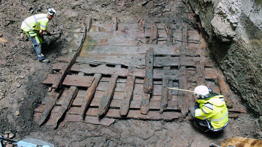 Arkeologerna Daniel Matsenius och Philip Tonemar undersöker vraket. Foto: Arkeologikonsult