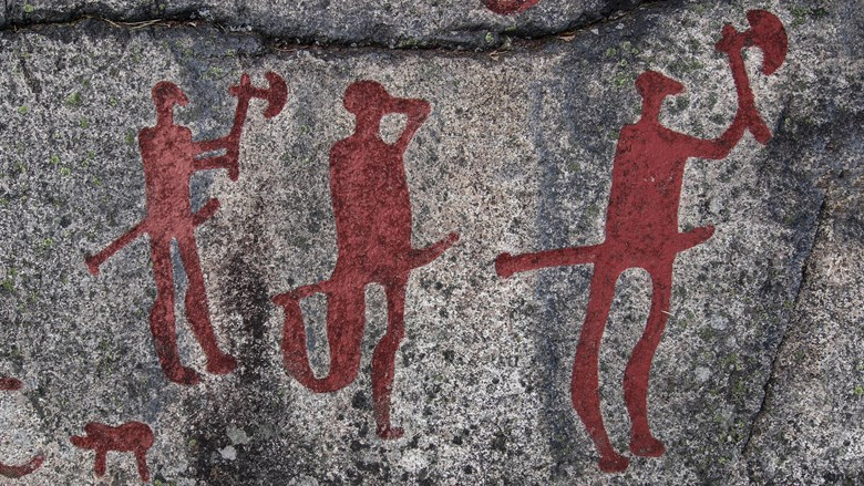 Beväpnade män på hällristning från bronsåldern. Foto: Västarvet