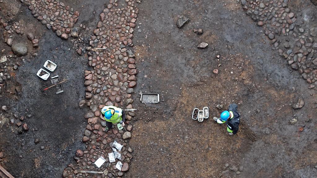 Stenlagda gator från tidigt 1300-tal funna vid de arkeologiska grävningarna vid Södermalmstorg. Foto: Arkeologikonsult