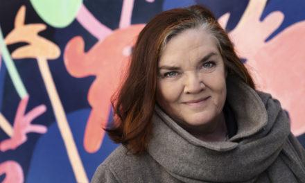 Maja Hagerman får pris av Natur & Kultur