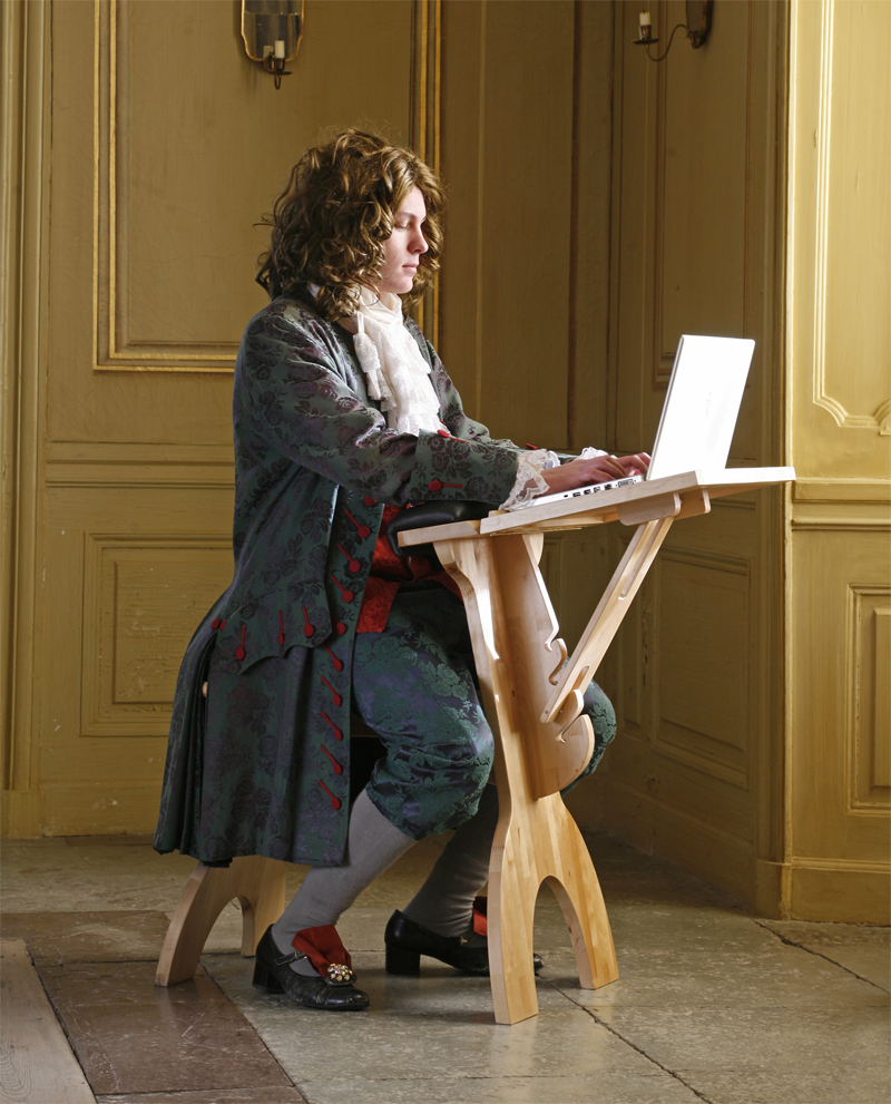 En modern Carl Von Linné sitter och arbetar framför sin datorkärm år 2020. Vad tänker han på, blommor? Bild från Engsö slott