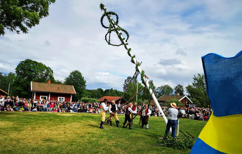 Midsommarfirande i Västanfors hembygdsgård i Fagersta 2018. Foto: Flinga 68 (Wikimedia Commons CC BY-SA 4.0)