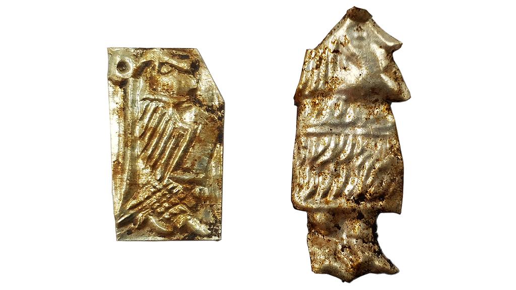Två av de guldbleck, även kallade guldgubbar, som har hittats i Ströja. Foto: Arkeologikonsult