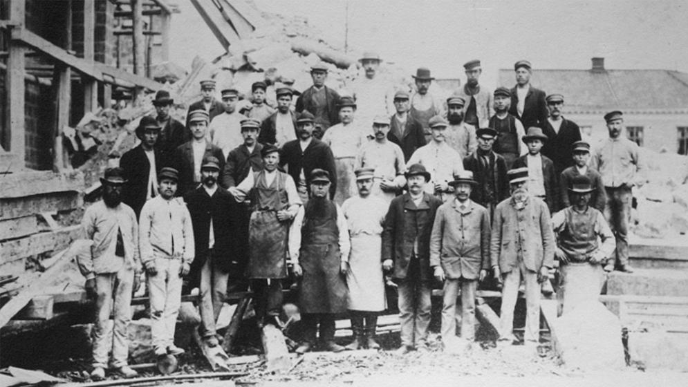 Byggarbetslag framför Skara domkyrka ca 1890. Ur Västergötlands museums samlingar