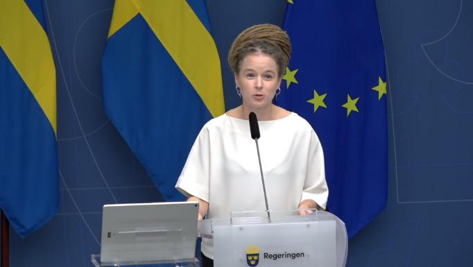 Kulturminister Amanda Lind (MP) vid presskonferensen. Bild från sändningen.