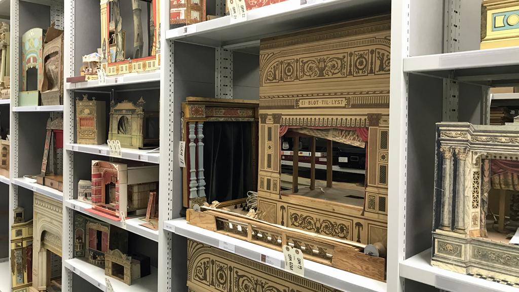 Några av de modellteatrar som står i ett Berättande magasin på Sörmlands museum. Foto: Sörmlands museum
