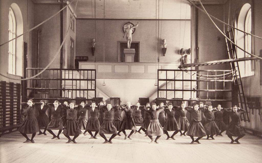 Linggymnastik för kvinnor vid Gymnastiska Centralinstitutet (GCI) i Stockholm omkring 1892.