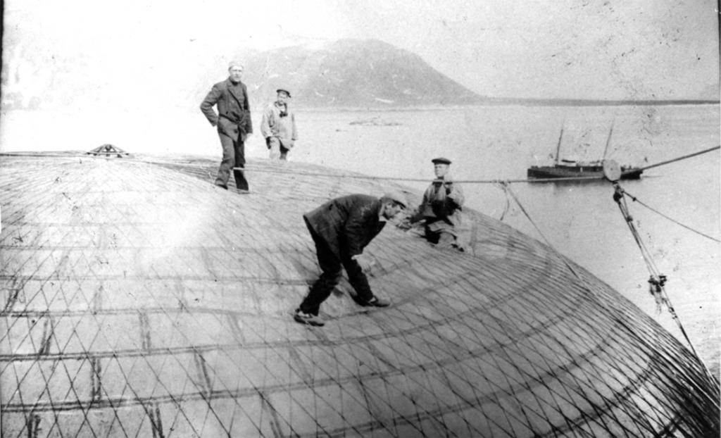 Kontroll av Andrées luftballong Örnen (Axel Stake till vänster). Foto: Christer Andersson. Ur Grenna Museums samlingar.