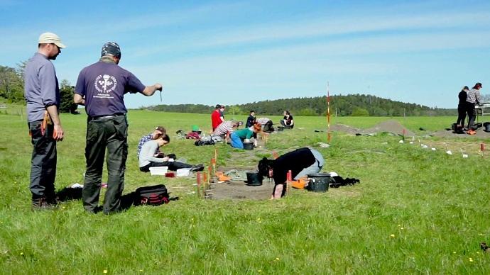 Utgrävning på Birka med studenter och doktorander som fältarbetar. Foto: Arkeologiska forskningslaboratoriet