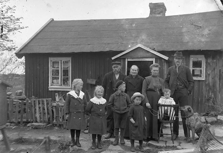 Familjen Bram på torpet Nytorp i Kvillinge socken. Foto: Johan Johansson. Ur Bohusläns museums samlingar.