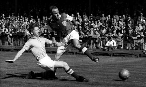 Sune Sandbring i kamp med Sanny Jacobsson från Gais i allsvenskan 1953. Foto: okänd (Wikipedia, Public Domain)