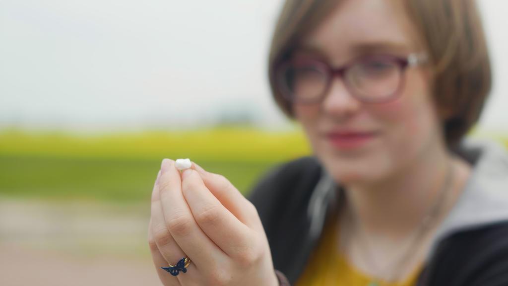 Ines Roos Bengtsson med den 2 000 år gamla tanden. Foto: Uppåkrastiftelsen