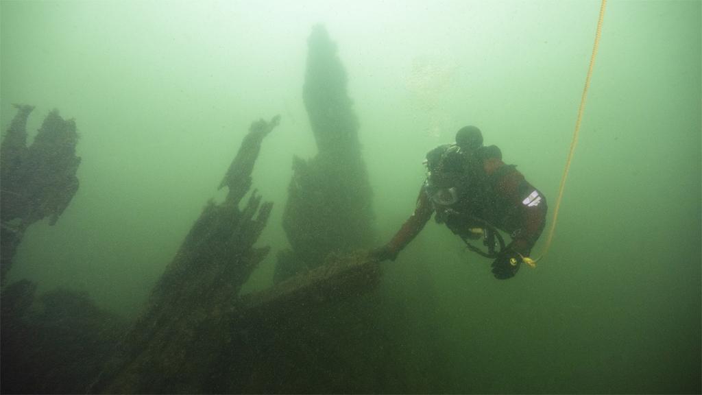 Marinarkeolog från Vrak – Museum of Wrecks vid ett av vraken i Djupasund. Foto: Jim Hansson/SMTM