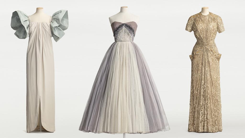 Puderrosa klänning av sidencrêpe (1961), axelbandslös balklänning (1957) och aftonklänning av guldspets (ca 1941). Foto: Helena Bonnevier/Nordiska museet