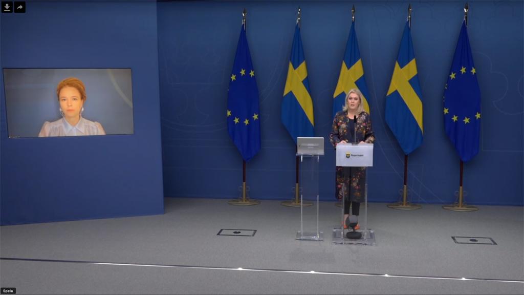 Kulturminister Amanda Lind och socialminister Lena Hallengren på presskonferensen.