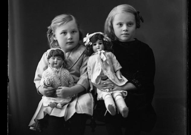 Foto: Mimmi Gustafsson. Två flickor med dockor. Fotot taget 1915–1916